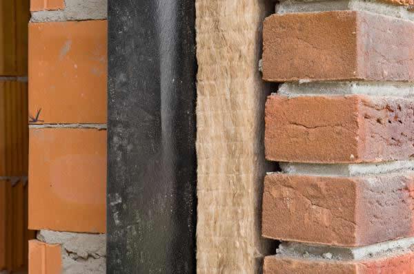 Isoler un mur creux par remplissage de la coulisse