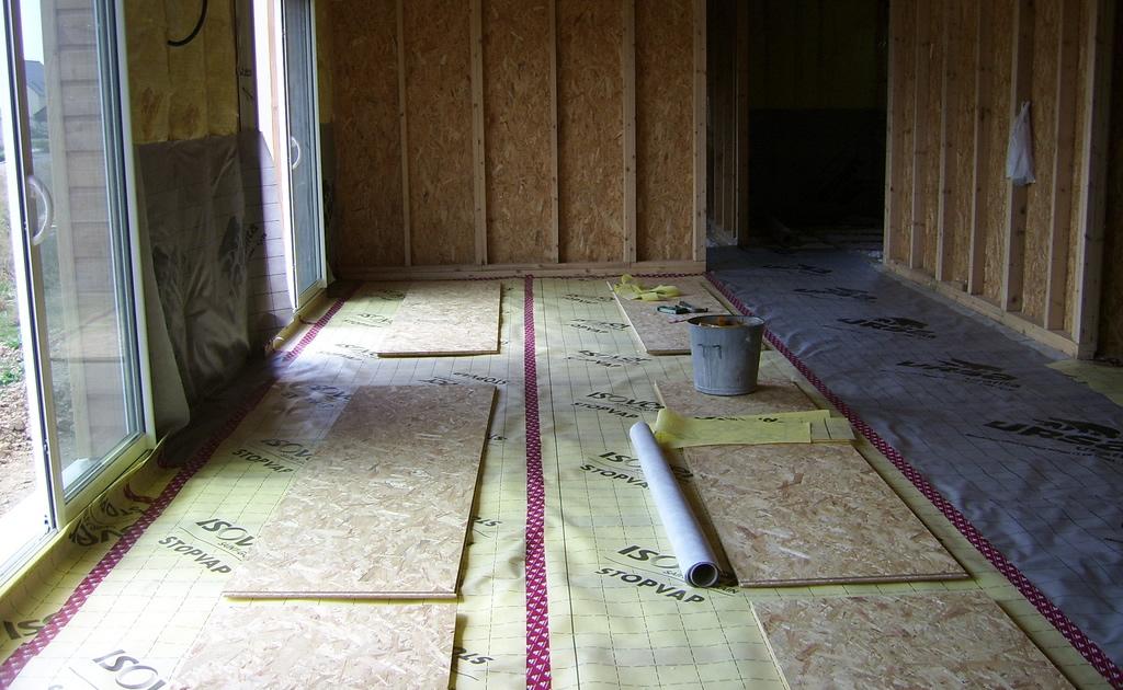 Isoler un plancher inférieur sur sol par le bas