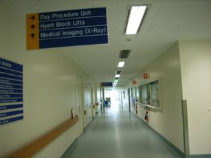 Photo luminaires dans couloirs hôpital.