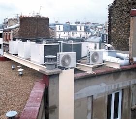 Photo condenseurs/tours de refroidissement en toiture.