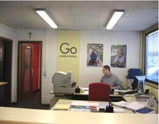 Photo bureau avec luminaires avec ventelles paraboliques.
