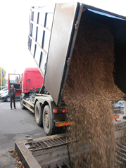 Photo camion venant alimenter le silo.