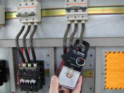 Photo mesure de l'intensité à la pince ampèremétrique.