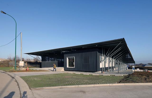 Nouveau bâtiment des bureaux d'un entrepôt