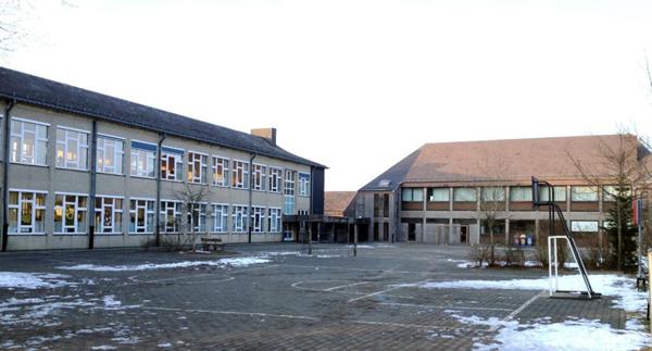 Avant les travaux – la cour de récréation et les bâtiments 1 et 2.