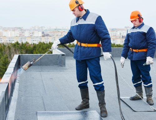 Systèmes de pause et d'accrochage pour toiture plate